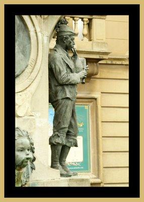 Mariano Belliure y Gil: Monumento a Obdulio Fernández (1927-1932). Último personaje de cuerpo entero y exento en la composición: el gaitero.