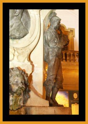 Mariano Belliure y Gil: Monumento a Obdulio Fernández (1927-1932). Perfil nocturno del gaitero con mezcla de luces frías y cálidad provinientes de diversas fuentes y, en general, incontrolables a la hora de hacer la fotografía.