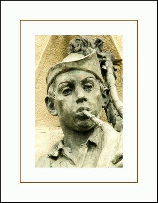 Mariano Belliure y Gil: Monumento a Obdulio Fernández (1927-1932). Obsérvese, como en este caso, el personaje tiene la mirada perdida mientras toca la gaita, y no parece que sea debido a la concentración que requiere.