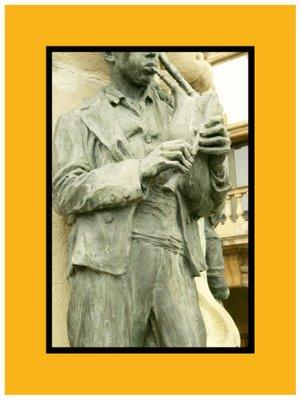 Mariano Belliure y Gil: Monumento a Obdulio Fernández (1927-1932). detalle de la ropa del gaitero: chaleco, botones, etc.
