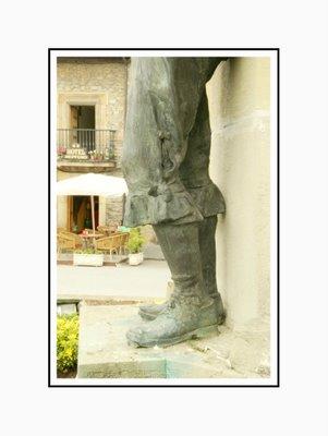 Mariano Belliure y Gil: Monumento a Obdulio Fernández (1927-1932). Otro detalle de la vestimenta del gaitero: pernera cerrada mediante botones grandes, distintos a los del tamborilero.