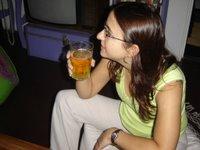 Ani y su primer vaso de cerveza