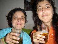 Lore, Paula y sus primeros vasos de cerveza de la noche... aunque no parezca
