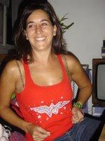 ella y su remera Wonder Woman