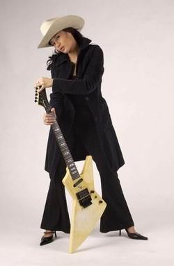 Gambar dian Sastro dengan gitar