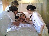 De zaal arts en 2 artsen in opleiding onderzoeken Amber
