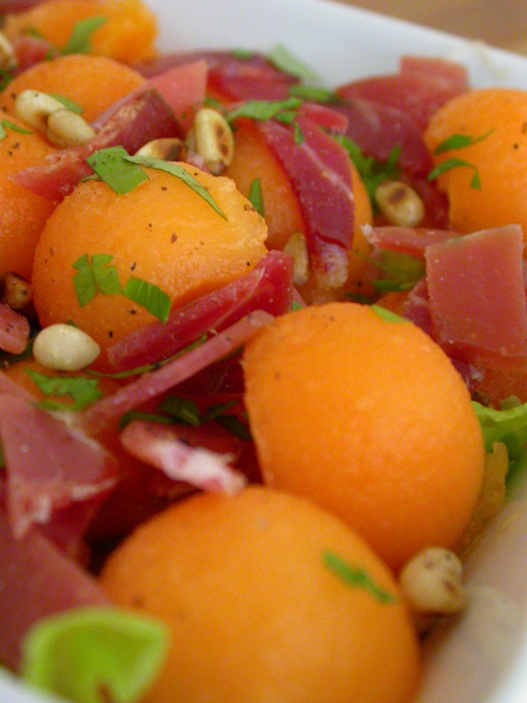 Sucr sal salade melon jambon cru et pignons de pin - Melon jambon cru presentation ...
