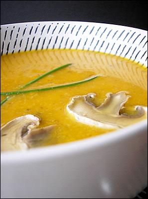 Zuppa di butternut squash, con funghi porcini e bacche di ginepro