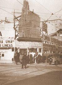 Vista del solar del edificio de Telefónica en la Gran Vía desde la C/ Montera en 1926. En 1929 se terminó de construir este edificio. El Madrid que vivió la Marquesa viuda de Aldama fue un Madrid en construcción en la década de los 20 a los 30. También en esta empresa de telefonía, en auge y con un sentido muy despierto para los negocios, parece que un hijo de la Marquesa  participó con acciones en 1923. La fotografía nos muestra la esquina de la Gran Vía con la C/Fuencarral y un anuncio gigante del edificio que comenzaba a construirse.