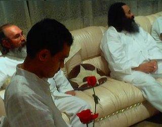 El Iniciado con una rosa fue reconocido como Swami, El es un devoto del Maestro Sai Baba