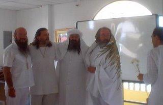 Con el Guru Pitric, al extremo, el Iniciado Sufi y M.R. Getuls Gonzalo Arcos, Al Sheik GG::, Guru Ji Oxil Pali Ur viendo llegar a otro Iniciado de la Orden GG::