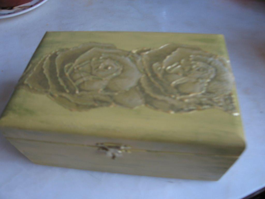 caixa de madeira pintada à mão e técnica de découpage com relevo #31589A 1024x768