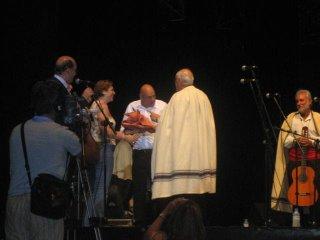 Elfidio Alonso entrega una cerámica al Dúo Salteño