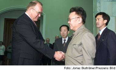 Göran Persson skakar tass med kollegan Kim Jong Il