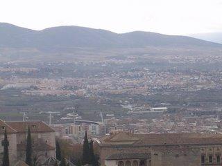 Vista de Los Ogíjares desde Granada, con parte de la Alhambra en primer término
