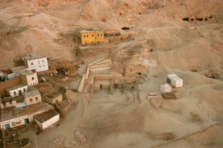 Vista aérea de la necrópolis de Dra Abu el-Naga