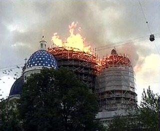 Un incendio ha destruido dos cúpulas de la catedral de la Santa Trinidad de San Petersburgo