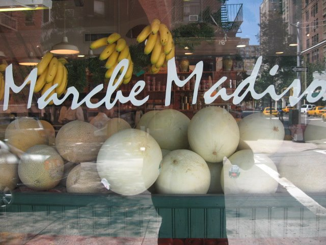 marché madison avenue manhattan deli fresh fruit shop banana melons tomato
