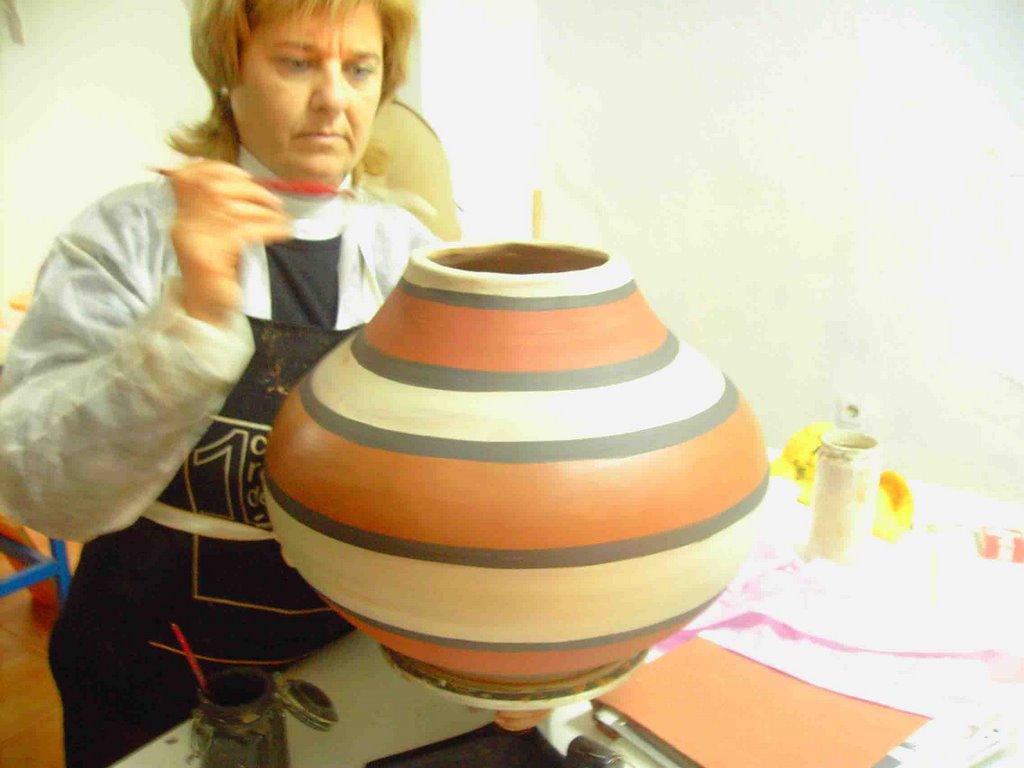 Alfareria Y Ceramica Concha Mirando Su Pieza Con Ojos De