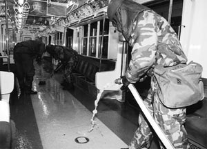 Esterilizando los vagones del metro de Tokio