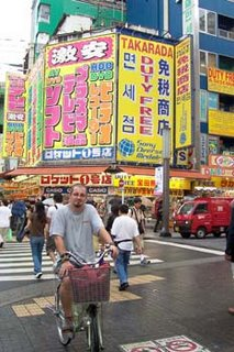 Pedro con bici en Japón
