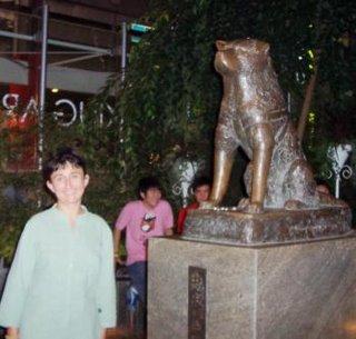 Ana con estatua de Hachiko.