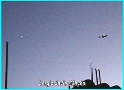 UFO & Plane Photographed By Sergio Javier Mayen