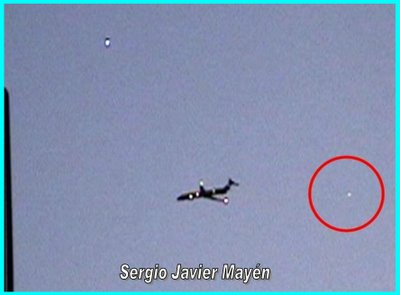 UFOs & Plane Photographed By Sergio Javier Mayen