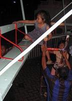untuk naik, harus pakai tangga yang dipegangi oleh mas-mas penjaga.