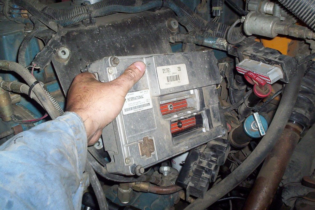 school bus mechanic diesel mechanic international dt 466e valve remove the 4 bolts holding ecu to the support bracket using a 10 mm socket remove ecu and take care it s an expensive component
