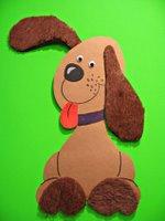 köpeğin kulakları tüylü bir kağıtla yapılmış