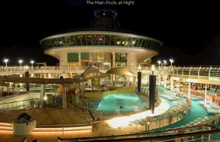 World's largest cruise - Explorer of The Seas : pool