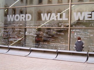 Detalle de la pared del CCCB, lleno de mensajes de asistentes al Kosmópolis.
