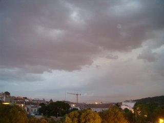 La tormenta, cerniéndose sobre el pueblo desde el sur