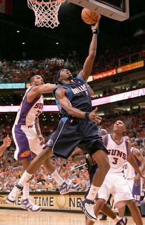 Le Maverick Josh Howard face aux Suns James Jones et Boris Diaw