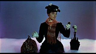 Mi imagen preferida de Mary Poppins: elegante, estirada, en su nube