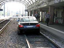 Auto im Bahnhof