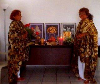 Gurumay Teo con la Gurumay Ji Dhyana Gueburah -2002- con los mantos de Mata Ji