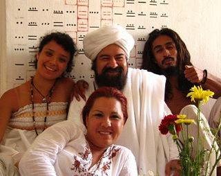 HAKIM AISHA recostada junto a la Mata Ji Kaab, el Sheikh y el Swami Kawac
