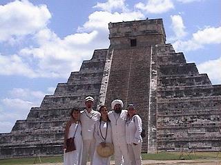 En las Piramides de Chichan Itzaab- Click aqui para leer sobre las Iniciaciones en Cancun