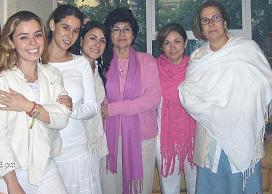 Las jovenes y sus madres.