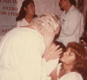 Recibiendo el Darsham del Maestro con uno de sus hijos, entonces de brazos.