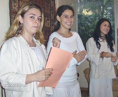 Las tres Hakims mas jovenes del grupo, al recibir el material escrito e ingreso en el mundo magico.
