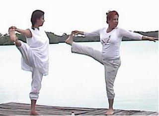 La Mata Ji Fatima GG:: y la Hakim Aisha practicando Asanas en un alto en el camino.
