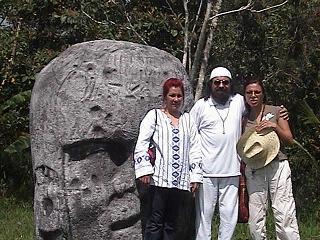 La Hakim Aisha junto al Sheik GG:: y la Mata Ji Fatima GG:: en La Venta, en La Cabeza Olmeca, durante el peregrinaje.