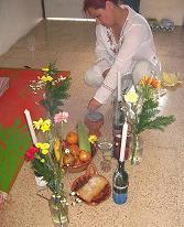La Hakima Aisha preparando el Altar de las Iniciaciones.