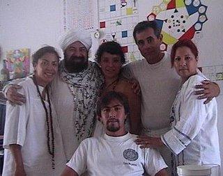Aqui vemos a Los Hakims de Cancun, la Mata Ji Kaab y la Hakim Aisha de San Diego, junto al Sheikh y la Mata Ji Fatima