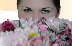 Los ojos atras de las flores.