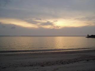 日落被云层遮住了,看不清楚