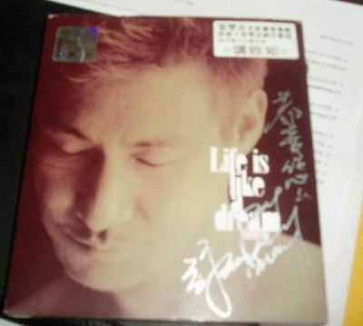 就是这张签名CD啦,它现在静静地躺在我的书架上